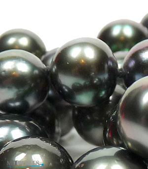 Collier de perles de culture de tahiti, observe en très gros plan
